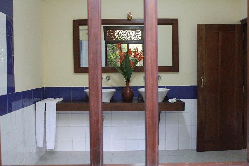 bottenvåningen badrum öppnar ut till en privat trädgård