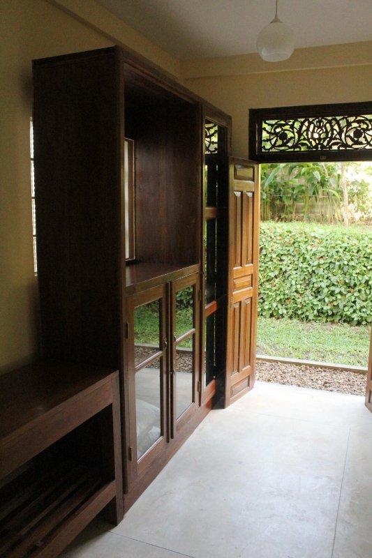Bottenvåningen sovrummet har en bifogad omklädningsrum som öppnar ut till en privat trädgård