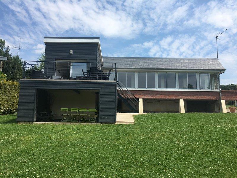 A casa do lado do lago com seus dois terraços