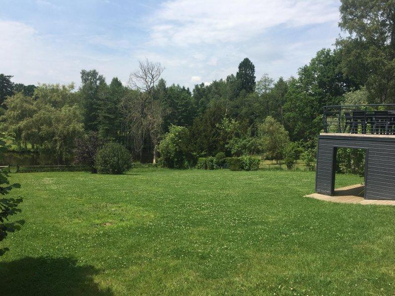 Jardim: 1400 metros quadrados de vegetação, com acesso directo ao lago