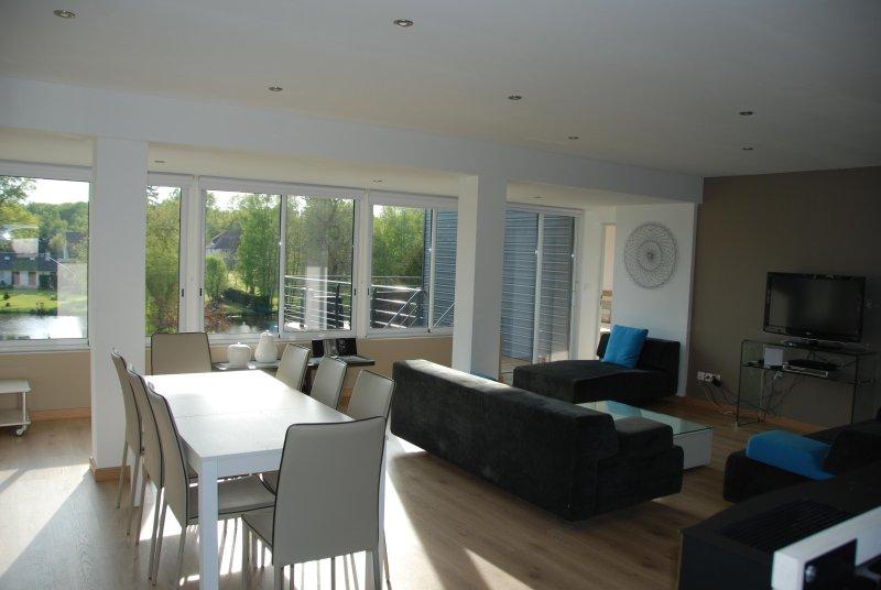 Mantenha-se afastado e espaçosa sala de estar com acesso ao terraço com vista para o lago