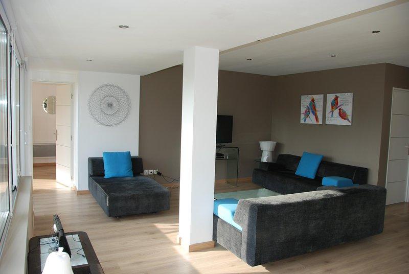 A sala de estar com 3 sofás-cama, TV, Caixa, Wi-Fi gratuito, mini HiFi