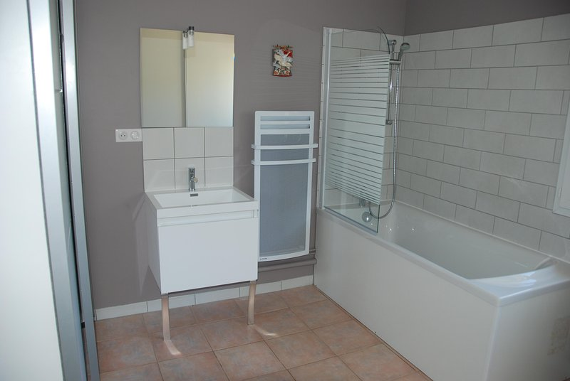 luz quarto e banheiro arejado
