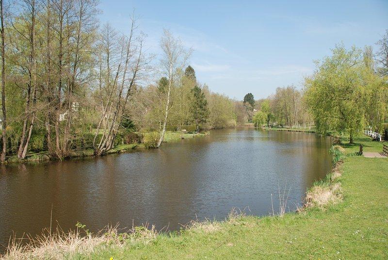 O fundo do jardim: lago de pesca e acesso aos passeios entre lago e floresta