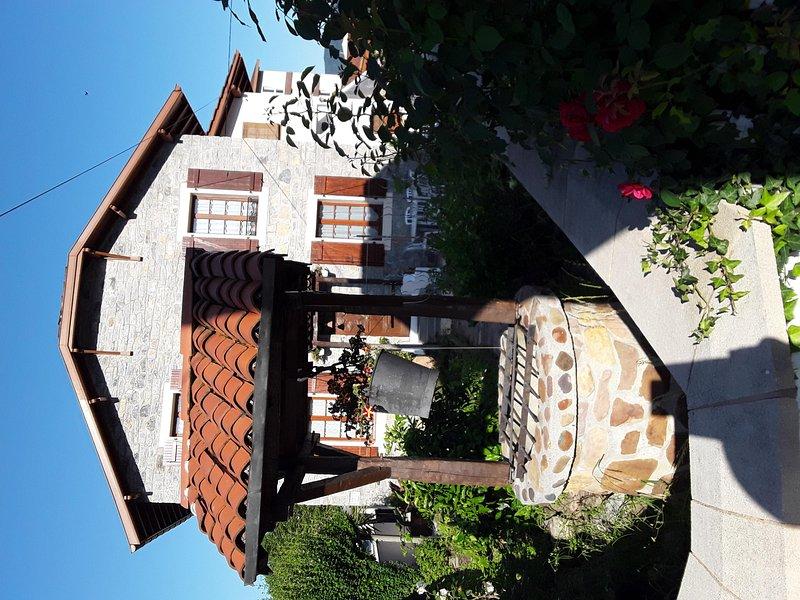 Bueno y casas de campo lado este en el sol de la mañana