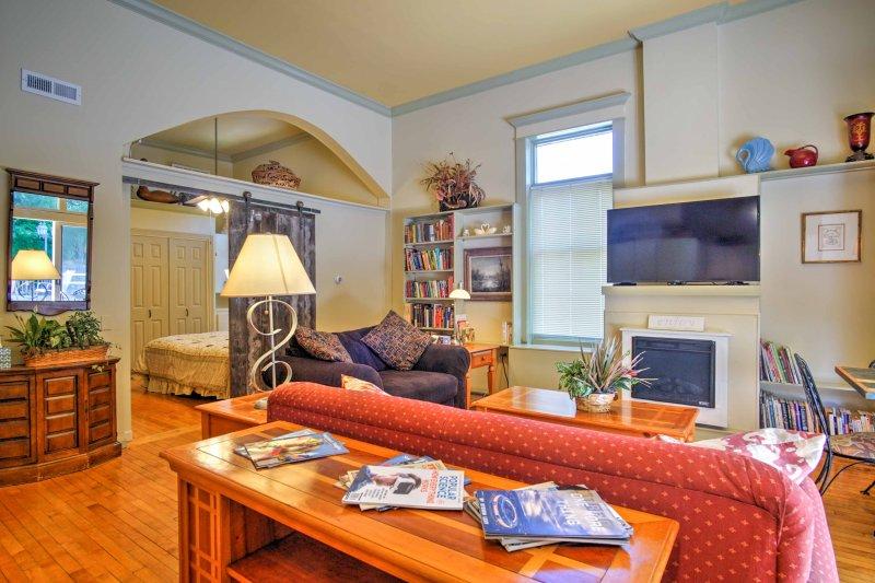 Relaxe com a sua família ou amigos na sala de estar com TV de tela plana e lareira a gás.