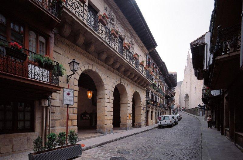 Hondarribi Ayuntamiento en la calle principal