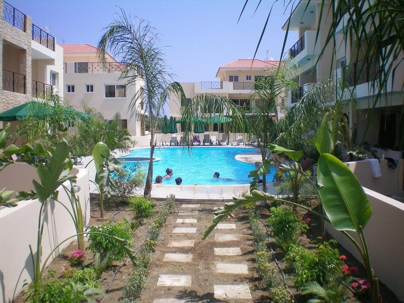104 - Elegant 2 bed apartment with AC, pool & gym, holiday rental in Kiti