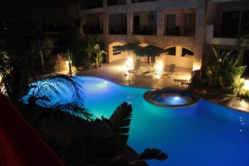 2 BED APARTMENT SLEEPING UP TO 6 WITH FREE WIFI, AC, POOL & GYM, KITI, LARNACA, casa vacanza a Distretto di Larnaca