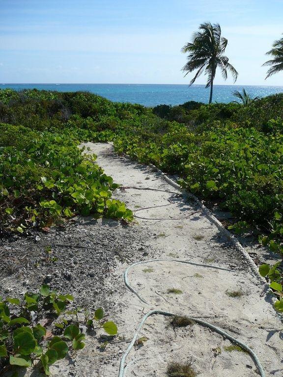 camino privado a la playa desde nuestra casa.