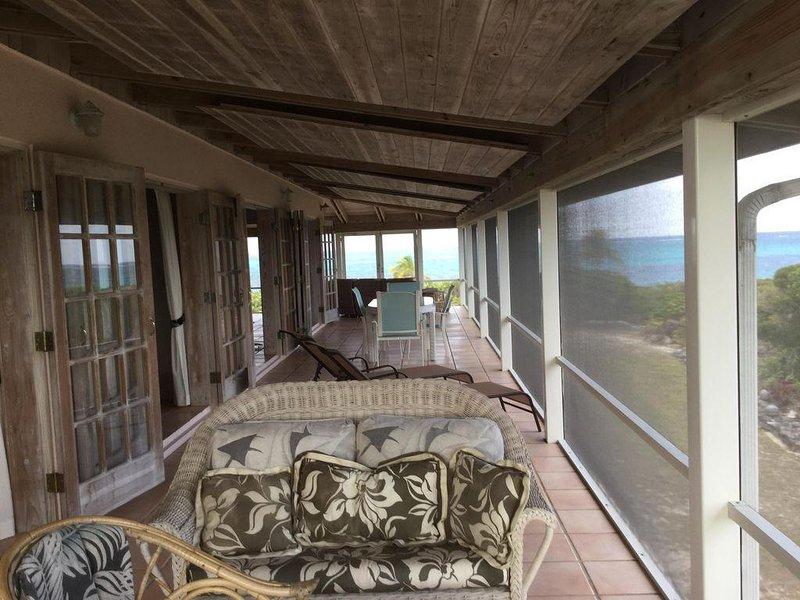 patio lateral proyectado del Sur tiene una mesa de comedor al aire libre para 6 y más asientos.