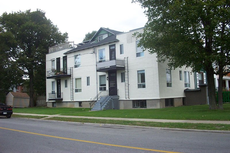 MONTREAL WATERFRONT 3 1/2 FULLY FURNISHED APARTMENT*INTERNET*SATELLITE TV*A/C, vakantiewoning in Baie-D'Urfe
