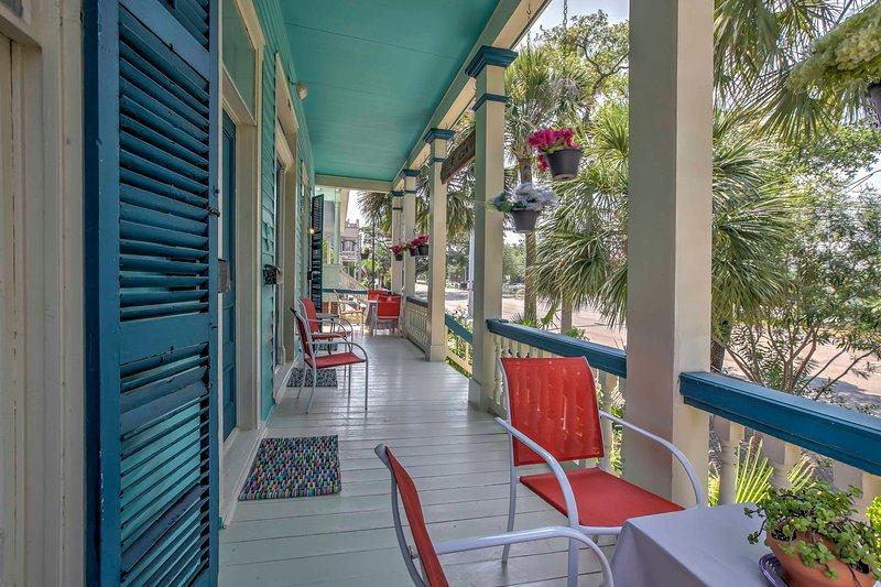 'Bishop's Bungalow' ofrece 1 dormitorio y 1 baño en el corazón de Galveston.