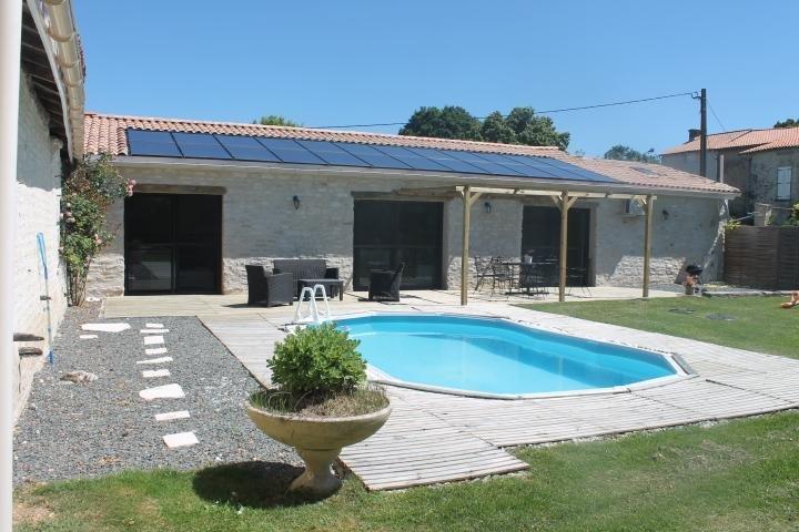 casa con piscina y terraza