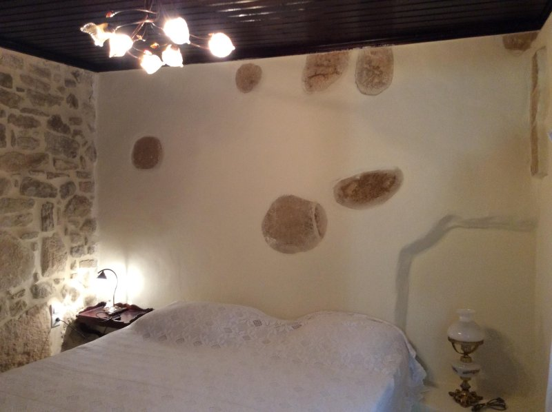 Hauptschlafzimmer mit original Steinmauer