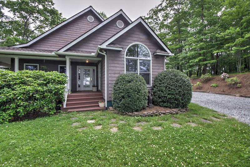 Get away to this Rabbit Hill Cottage, a 3-bedroom, 2-bathroom vacation rental home in Newland!
