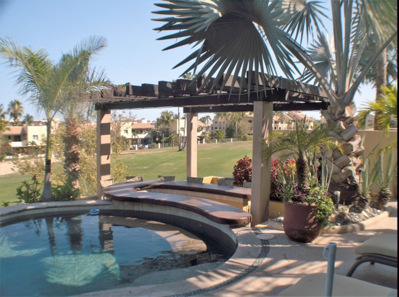 Swim-up Bar and Shaded Seating Area hot tub roof top deck with fire pit 3x BBQ areas full WiFi