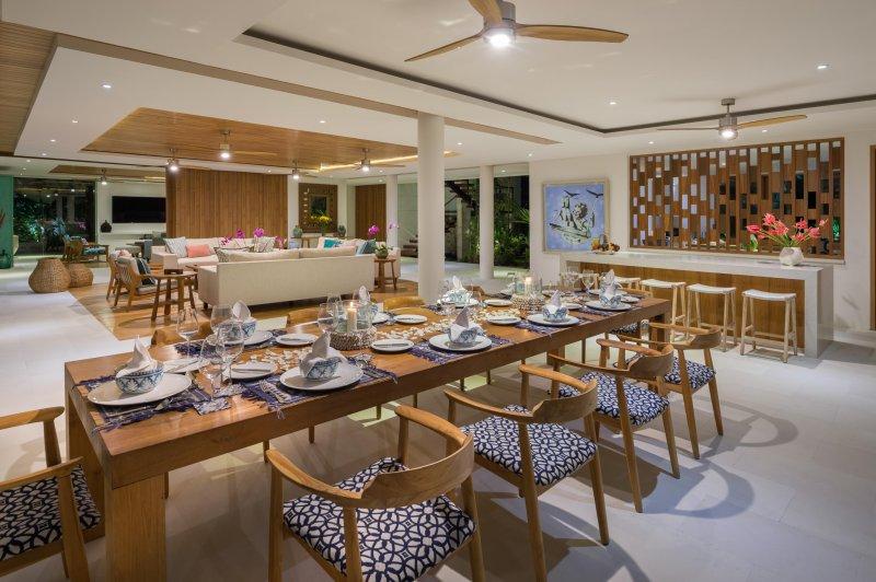 Table à manger et bar à la Villa Zambala