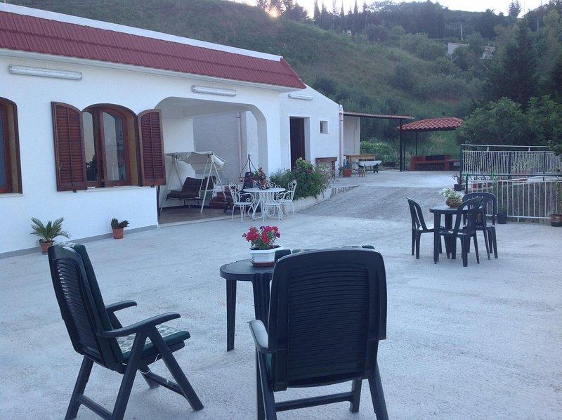 Villa Sara, rilassamento assicurato del corpo e dello spirito, vista rilassante, holiday rental in Vita