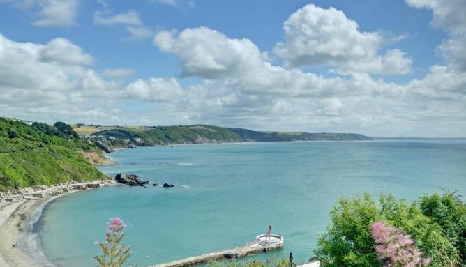 Panoramic sea and estuary views from lounge, kitchen and bedrooms.