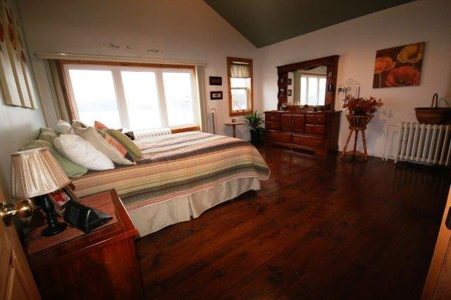 master bedroom over looking the lake wake up with a breath taken view