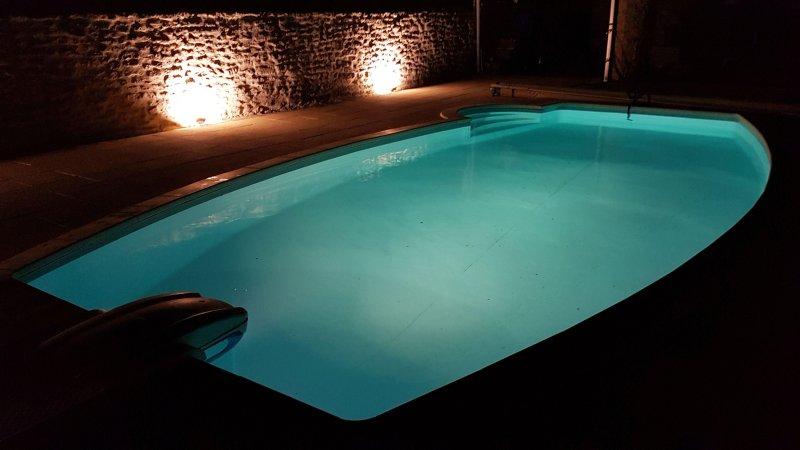 A piscina à noite - muito refrescante e convidativo