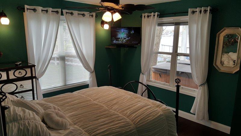 Segunda vista de otro dormitorio con una cama matrimonial