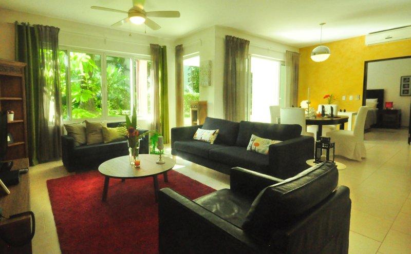 El tamaño completo acogedora sala de estar