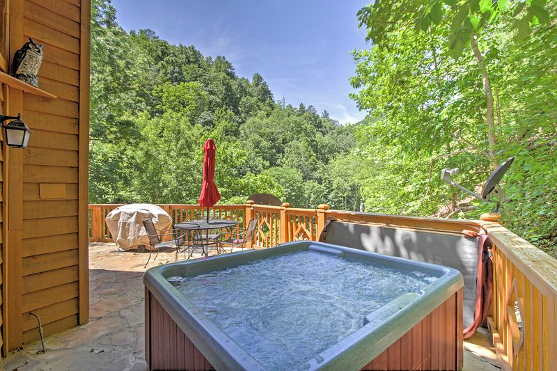 A Great Smoky Mountains retreat awaits you at this 2-bedroom, 2-bathroom Sevierville vacation rental cabin!