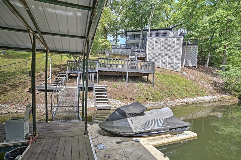 Riverfront Pickwick House w/ Private Deck & Dock!, vacation rental in Corinth