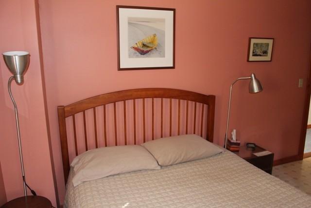 La habitación rosa tiene una sola cama de matrimonio, recibe el sol de la mañana y tiene una vista de la pradera al este.