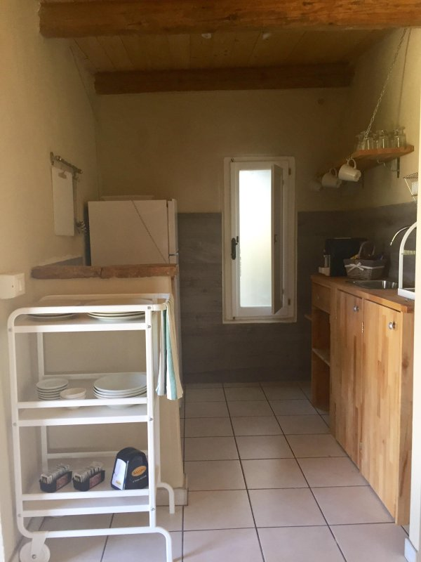 pequeña cocina y nevera grande