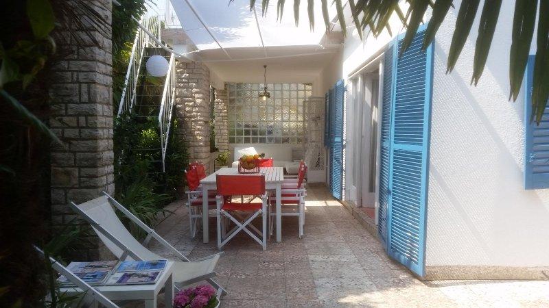 terraço com jardim com mesa de jantar ao ar livre
