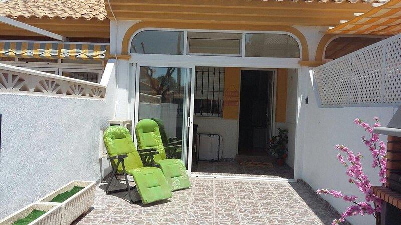 Modern town house, spacious accommodation, private patios, 3 mins walk to beach, alquiler vacacional en Municipio de Cartagena