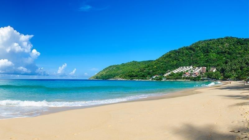 Nai Harn Beach, Phuket, Luxurious 2 Bedroom Condo, vacation rental in Phuket