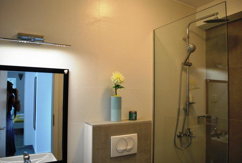 Duschrum bredvid tvåbäddsrum