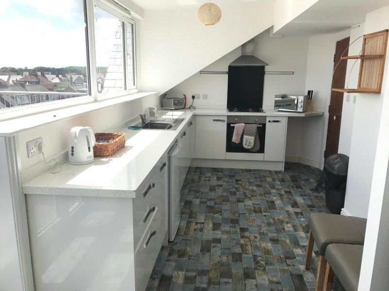 Grande cuisine et salle à manger avec vue sur la mer et accès au balcon