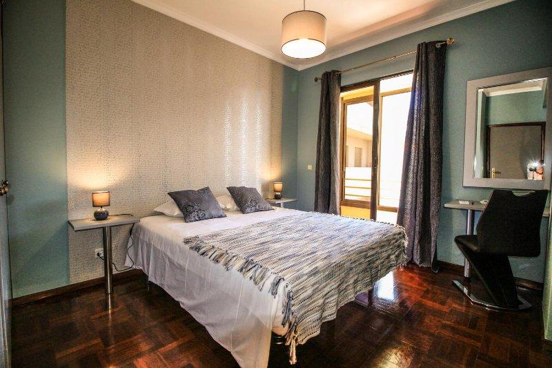 Dormitorio con cama de matrimonio y acceso al balcón