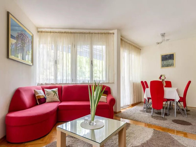 Sala de estar ensolarada - sofá-cama para duas pessoas, centro de entretenimento, sala de jantar