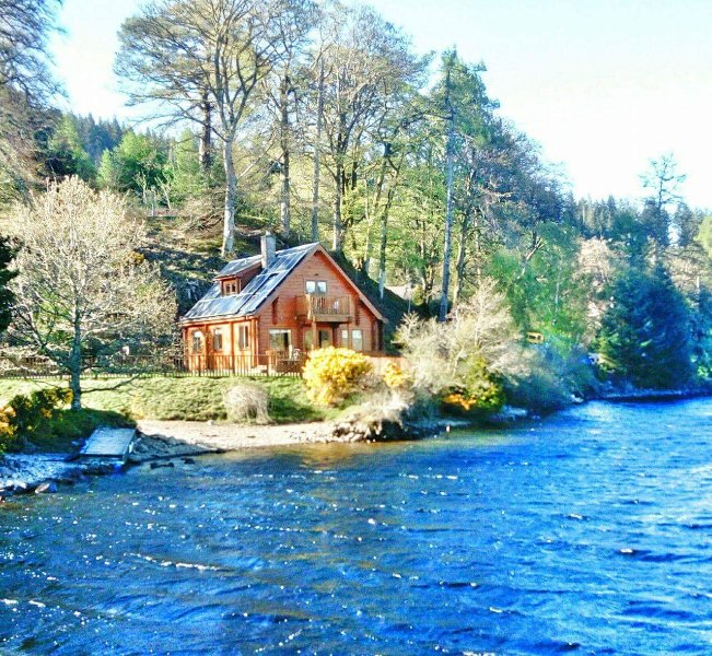 Gairlochy Bay Lodge with uninterrupted views of Ben Nevis and Loch Lochy, Ferienwohnung in Fort William