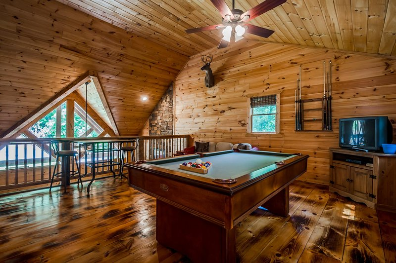 Secluded Luxury Cabin | 2BR 2.5BA | Hot Tub | Mountain View | Pool Table, casa vacanza a Clarkesville