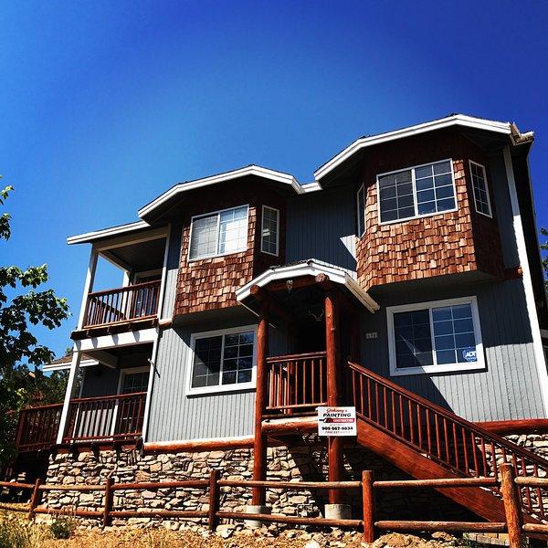 New Rustic Cabin Pool, Wifi, BBQ, PS3/wii, Air Hockey, One Min Walk to the Lake, holiday rental in Big Bear Region