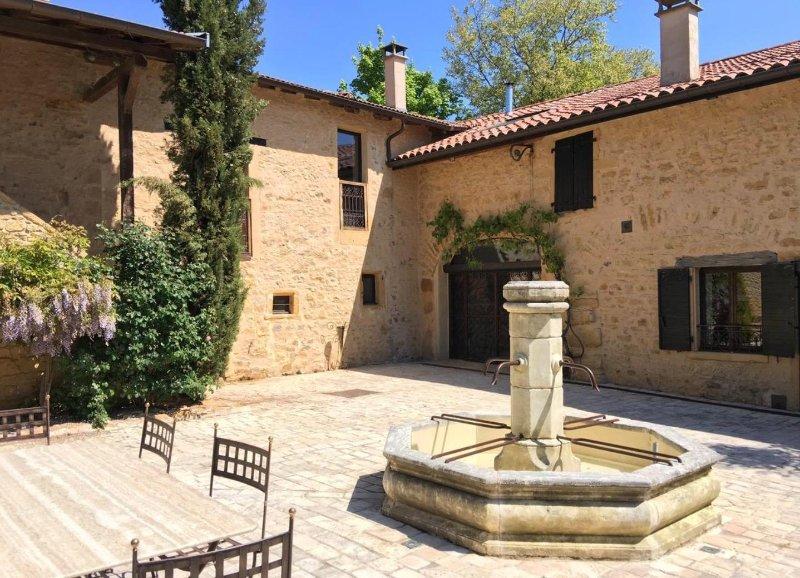 Maison d'hôtes en pierres dorées