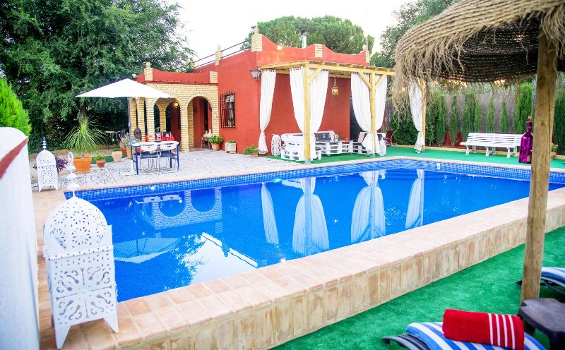 Chill out to private pool in Seville countryside, sat tv, a.a., free wifi, holiday rental in Burguillos