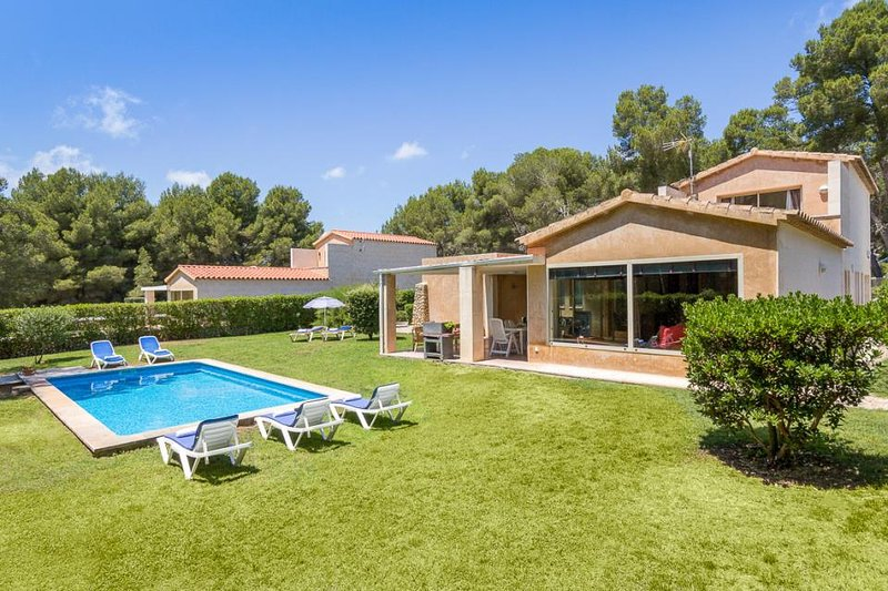 Son Parc Villa Sleeps 7 with Pool Air Con and WiFi, holiday rental in Son Parc