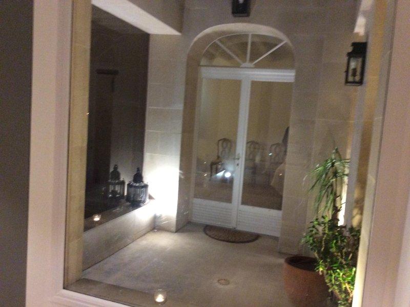 CHAMBRE DOUBLE SUR PATIO dans MAISON STANDING  PROCHE METRO, vacation rental in La Garenne-Colombes