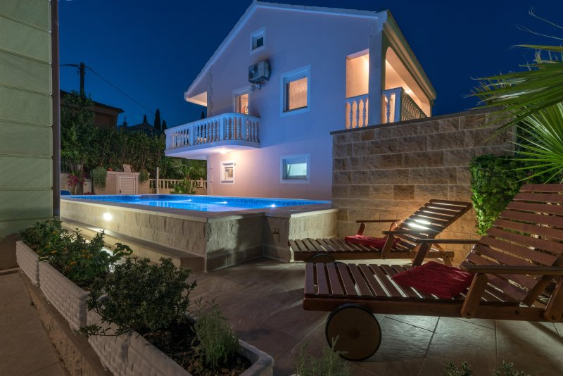 VILLA SNJEŽANA WITH POOL AND FREE PARKING, location de vacances à Trogir