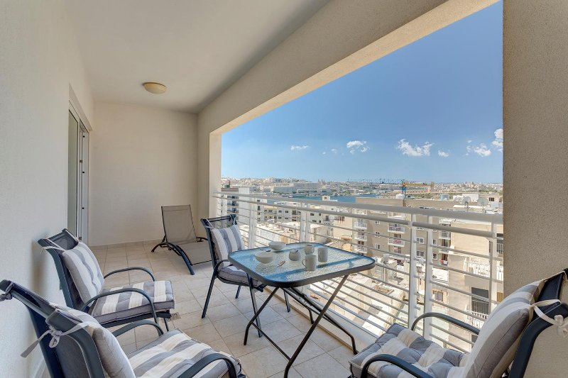 Luxury Apt in Sliema with Pool and Amazing Views ( ENHANCED CLEANING PROTOCOL), holiday rental in Sliema