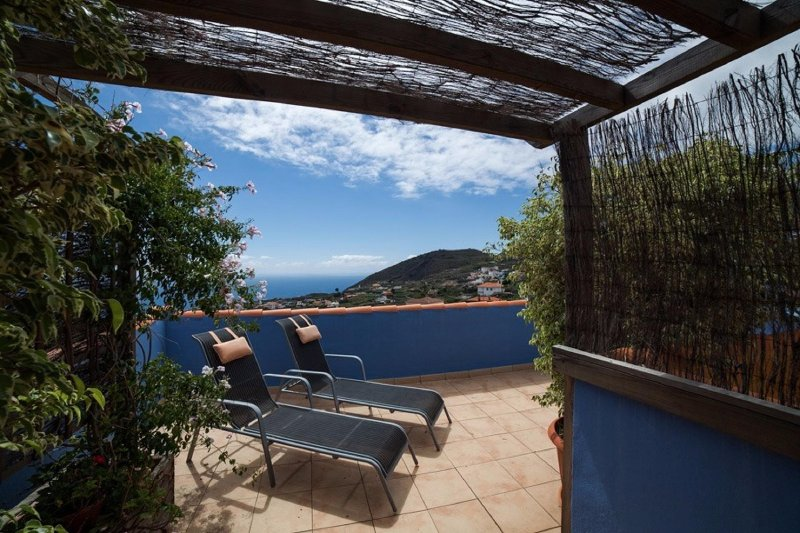 Private terrace of the house where you can see the sea, the mountains, relax and sunbathe.