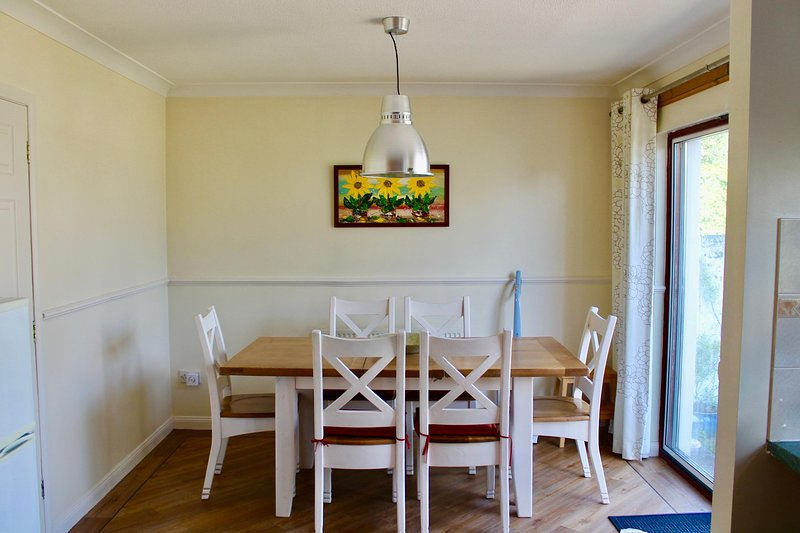 Lovely bright dining area in the open plan kitchen/dining room